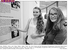 Schülerinnen bei der Eröffnung der Ausstellung